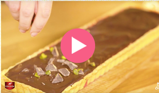 Une tarte framboise pistache chocolat Côte d'or®