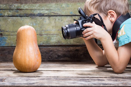Enfant en train de faire des photos
