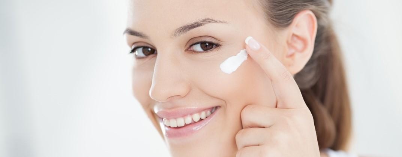 Une femme s applique de la crème hydratante sur le visage d6dba5393d1